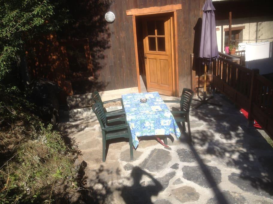 2 terrasses garage commerces le p tit chalet chalets for Garage 4x4 saint sauves d auvergne