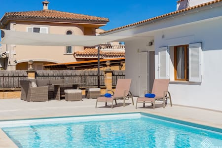 Berganti. Chalet with pool to 200m from the beach.