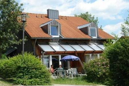 Ferienhaus mit großen Garten und herrlicher Aussicht; Haustiere willkommen, High-Speed-Internet, Waschsalon