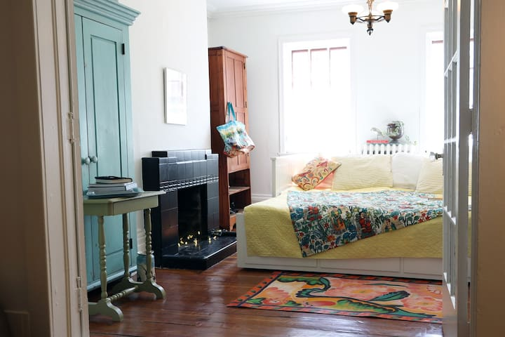 "Charming ""double parlor"" apt in boho Old North End"