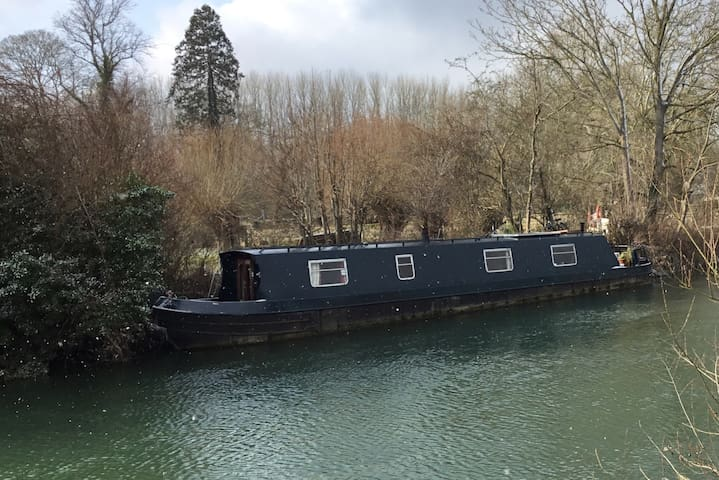 Romantic, floating getaway in Oxford