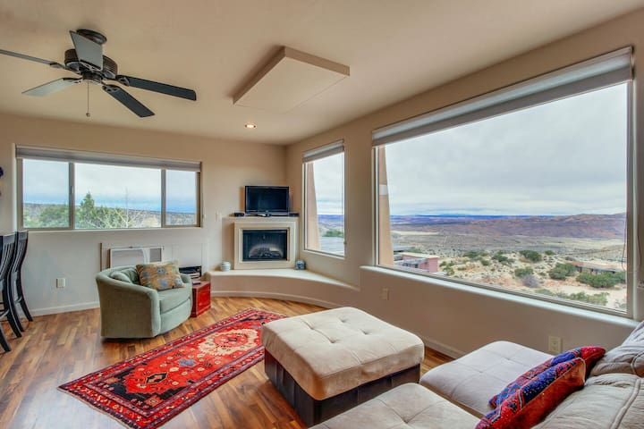 Modern desert retreat w/ gorgeous mountain views & private hiking trails!