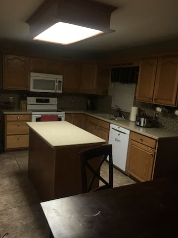 2 private bedrooms close to I80 and I74 - Davenport - Ház