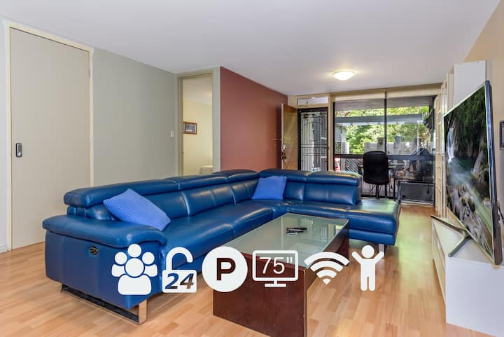 """2 Bed 1 Bath Entire Apartment Free WIFI 100Mbps Parking 75"""" TV AC BBQ 24Hrs"""