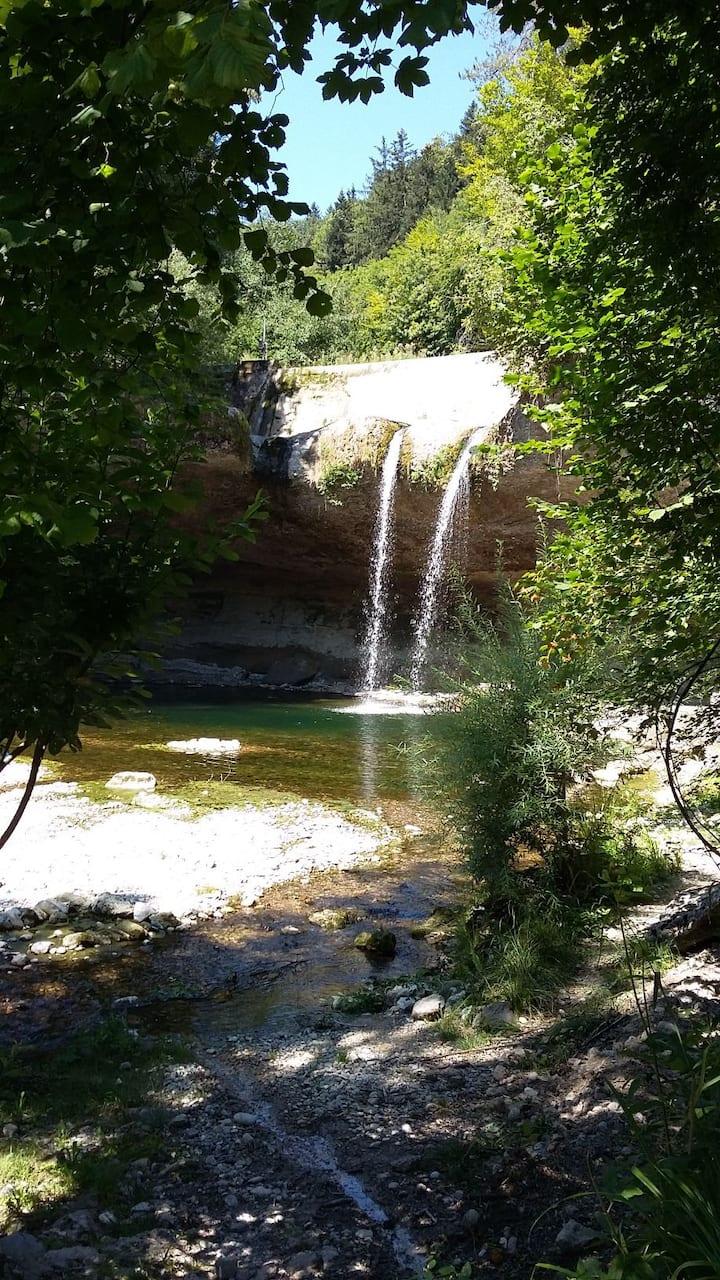 In einer magischen Welt am Wasserfall