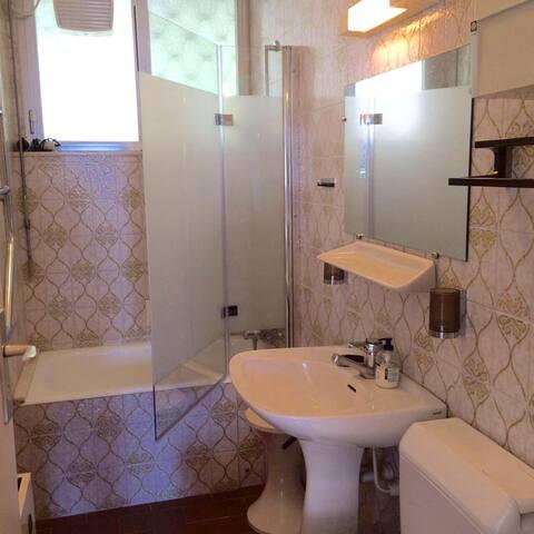 2ème salle de bain avec baignoire, douche et WC
