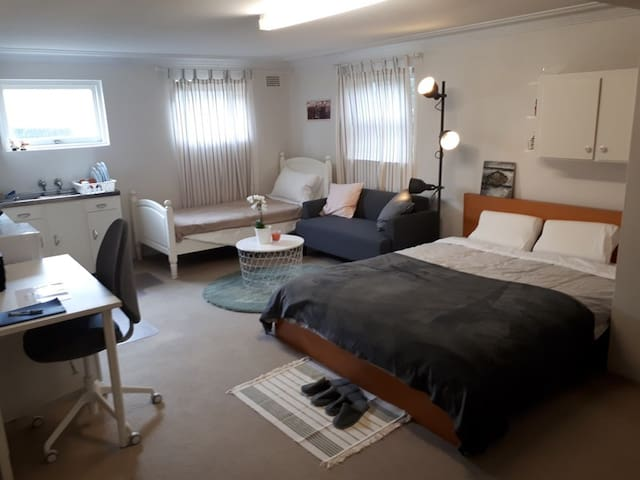 2 Bed Large Studio, Private Kitchen near Airport