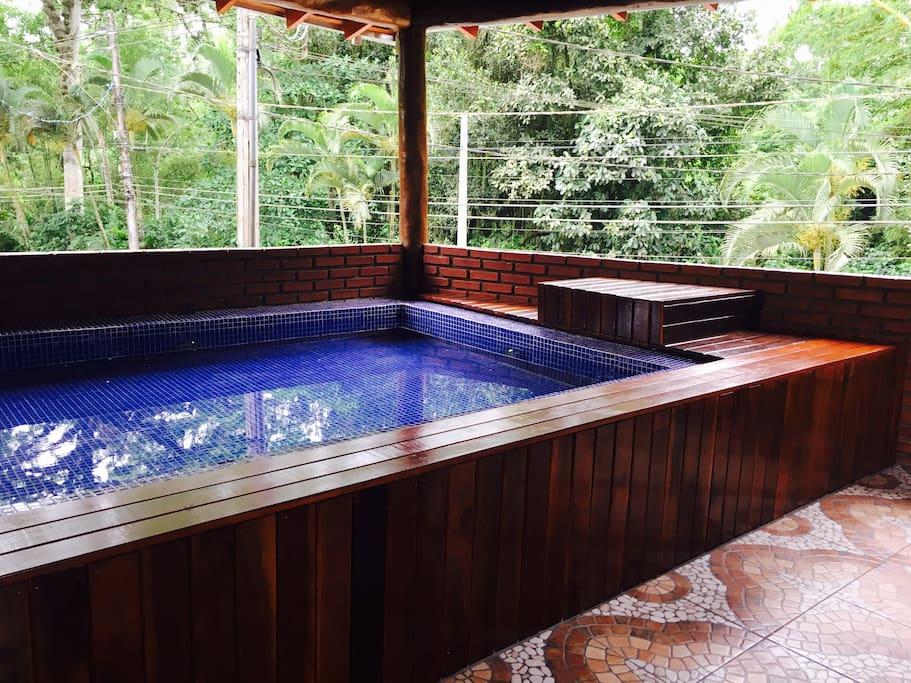Pequena piscina de hidromassagem