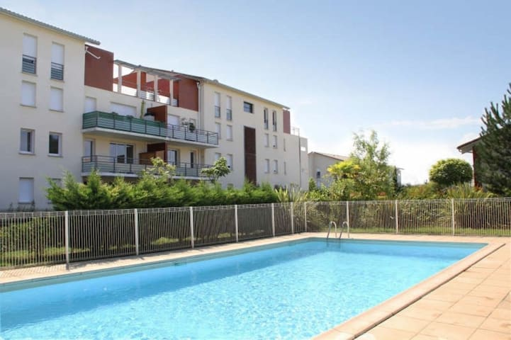 Charmant Appartement avec Piscine et Parking