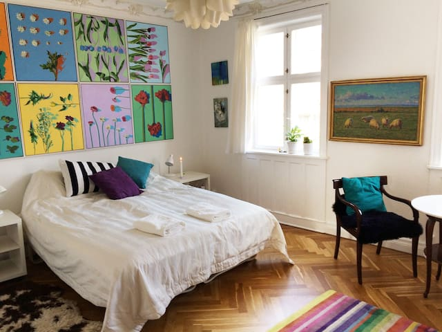 Big room in artisthome, near beach, metro and city