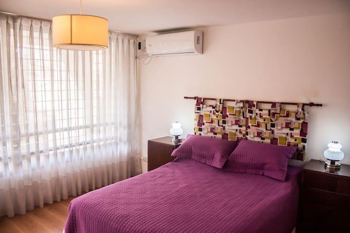 Dormitorio principal aire acondicionado frio calor.