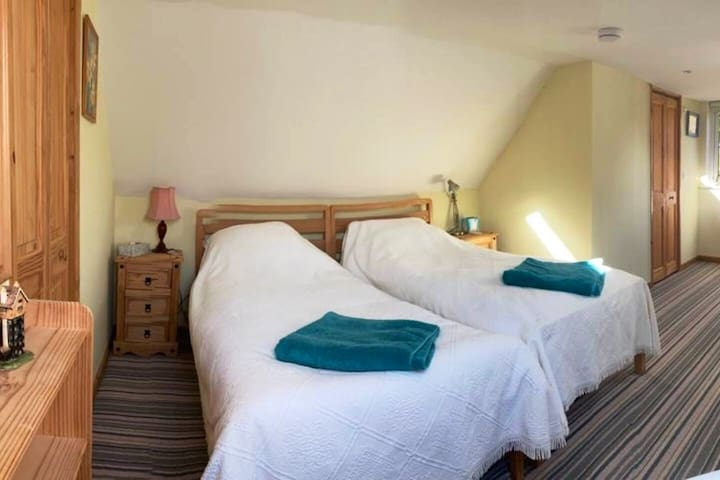 Cosy upstairs, double bedroom. Toilet and shower room, large wardrobe.