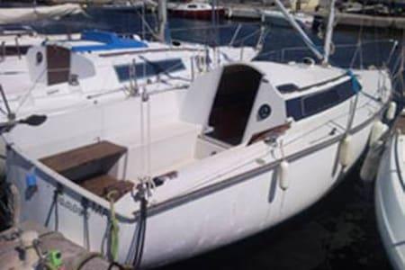 voilier BAMBOU à quai sur l'île de Porquerolles - Hyères - Båd