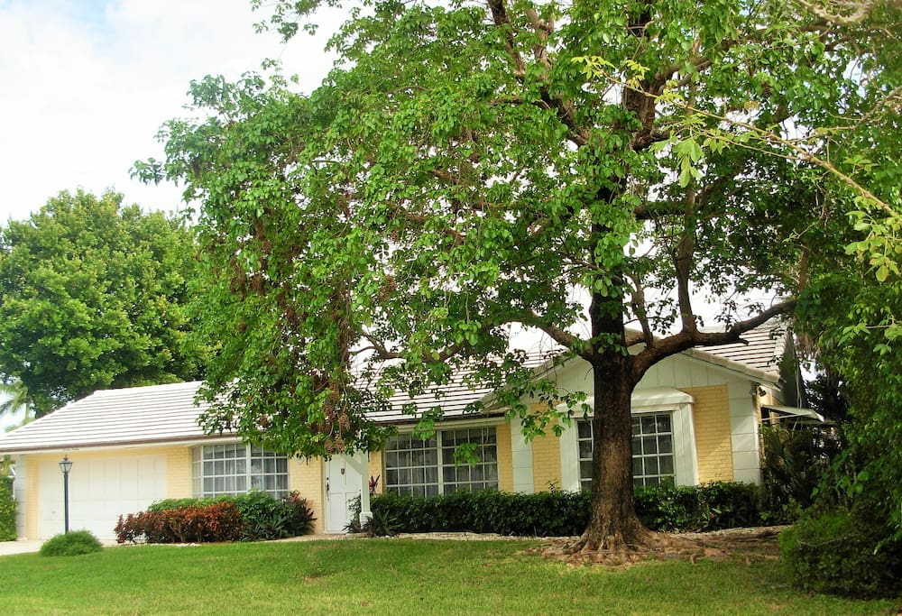 Your charming, immaculate  'home away from home ' is in a very quiet, cul de sac neighborhood.