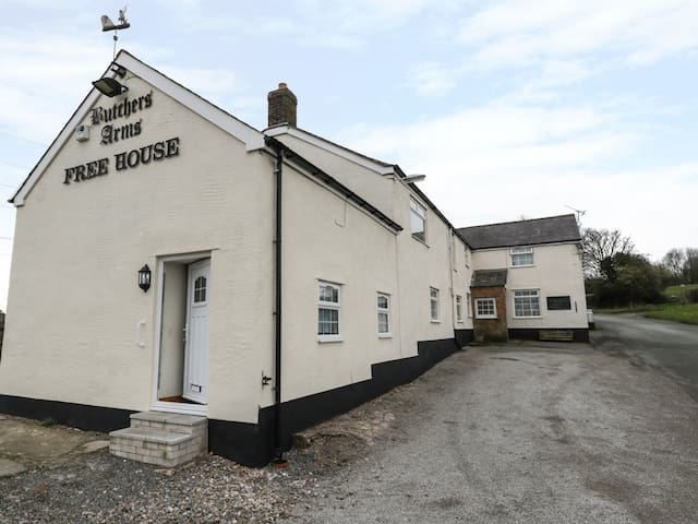 BUTCHERS ARMS COTTAGE, pet friendly in Nercwys, Ref 975075