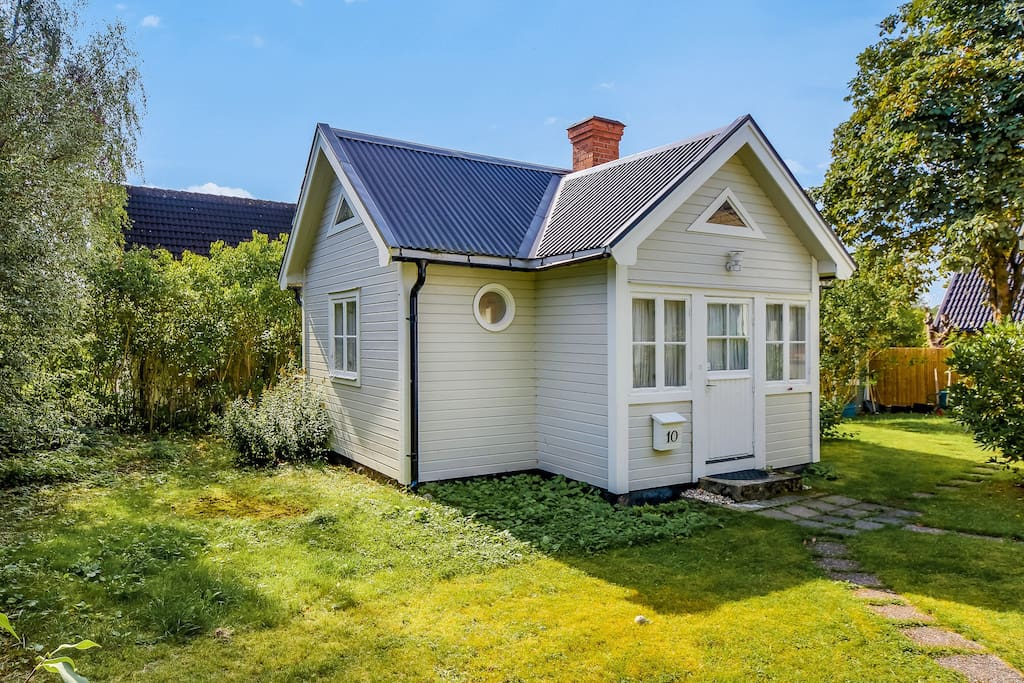 Nice cottage for 2 people just 30 min from Stockholm city center. The cottage is in our yard in a suburban area close to recreation and communication. A sunny deck facing south and very quiet location. The surrounding is very calm and quiet.