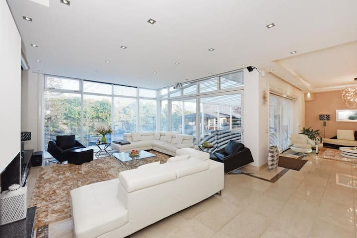 Luxurious villa - 25min from Amsterdam City Center