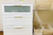チェストの中に 食器など小物を入れてあります。ゴミ箱は2ケ用意しましたので、燃えるゴミと缶やビンなどを分別して捨てて下さい。