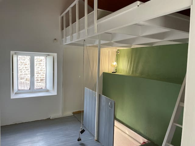 Pallier du 1 er étage desservant la salle de bain, les WC et la chambre avec lit en mezzanine et penderie