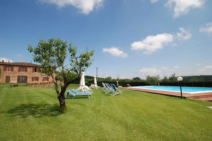 Relaxing holiday 10 kms from Siena, 4 apts.+pool