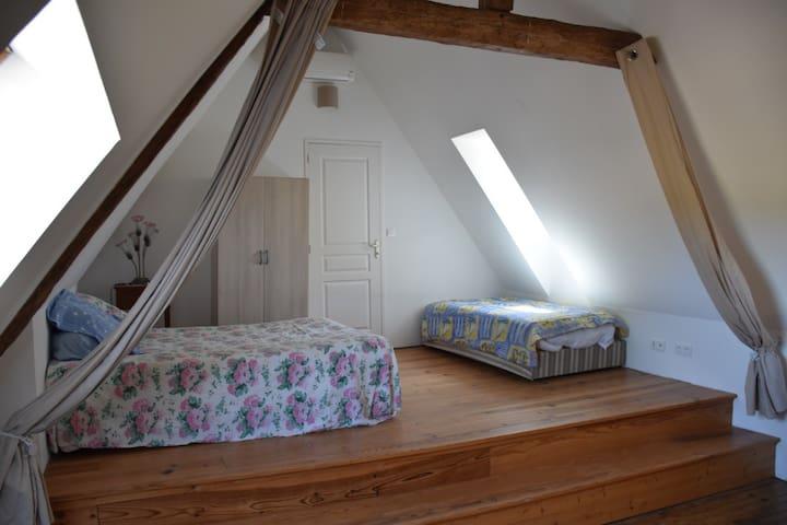 Une deuxième chambre très spacieuse à l'étage, que l'on peut compartimenter par un rideau si souhaité.