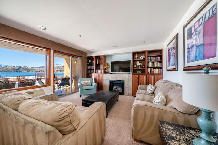 Grandview Lake View 104! Luxury 2 Bedroom Waterfront Condo, sleeps up to 6!