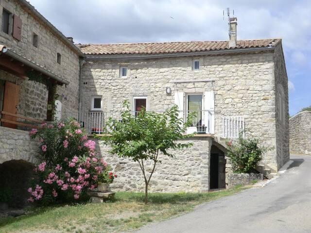 Gîte contemporain dans hameau en pierre