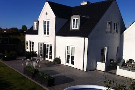 Liebhaver villa close to CPH - Tølløse - Huis