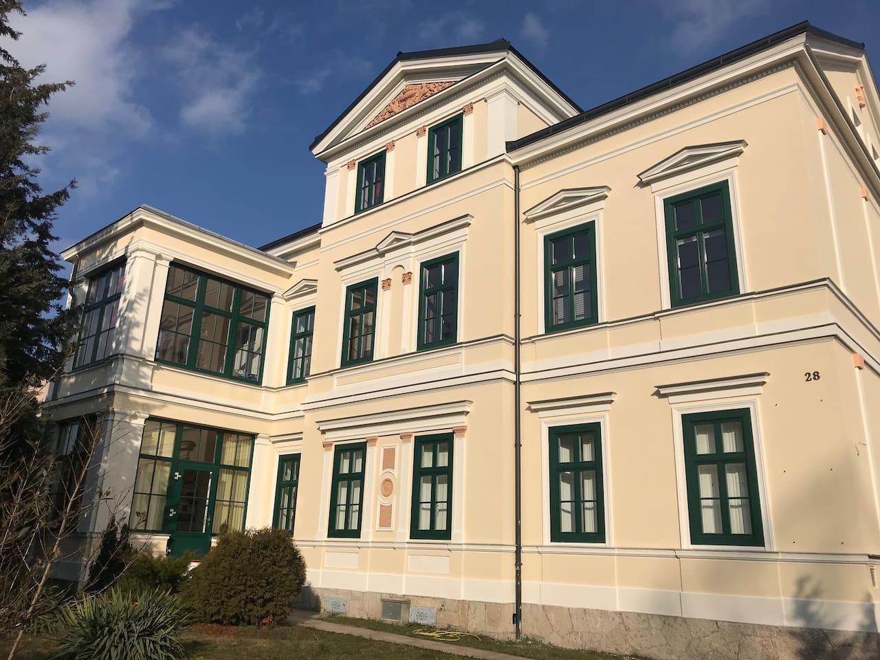 Vorderansicht der Villa. Appartment befindet sich im 1. Geschoss / front view of the villa. Appartment is on the first floor!