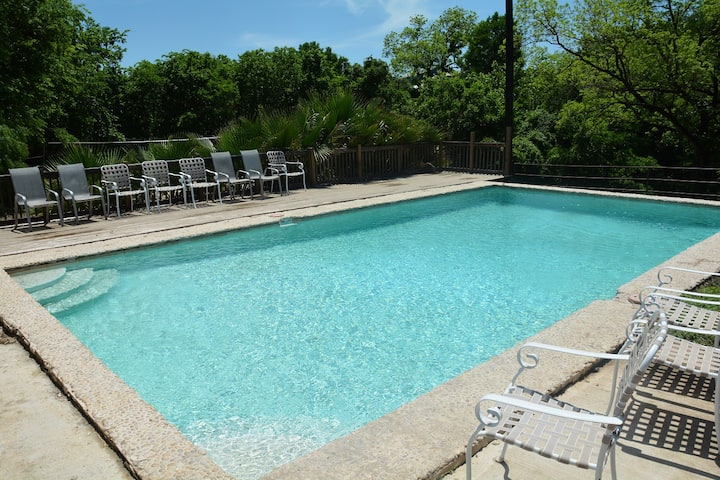 Large river home, full lake level, pool, sleeps 20