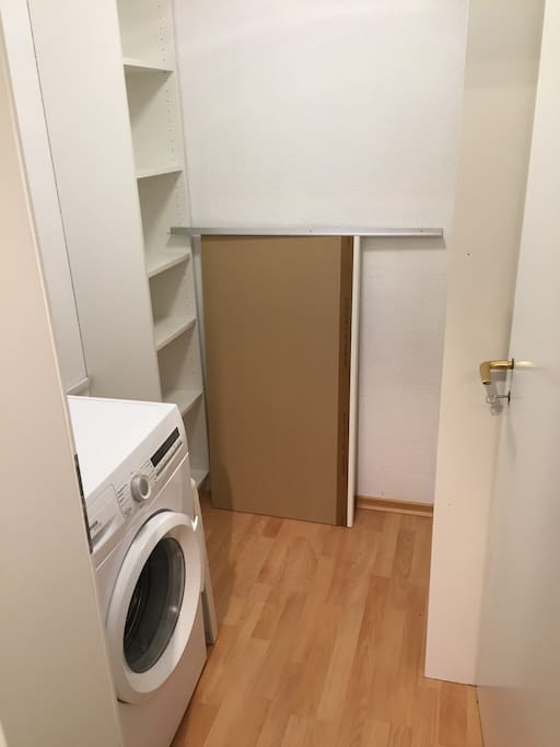 Abstellraum und Waschmaschine