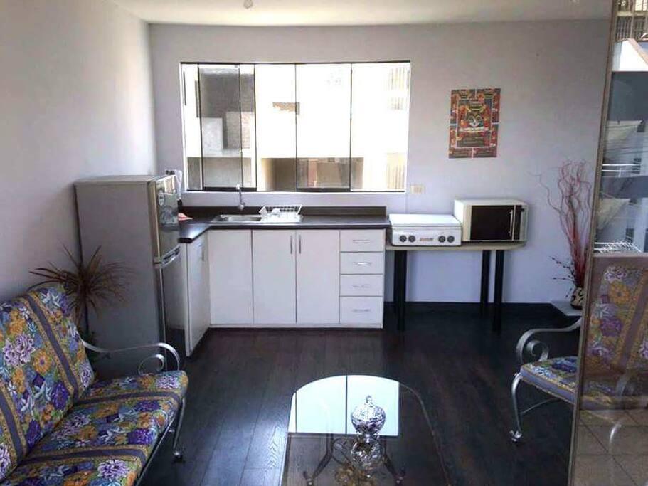 Cocina totalmente acondicionada con refrigerador,  microondas,  cocina, vajilla, cubiertos y utensilios necesarios