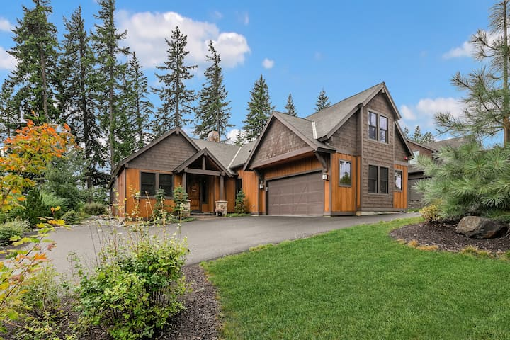 The 19th Hole - New!-New! Great Value on the Course!  5BR w/3 King Mstrs | Private Hot Tub | WiFi
