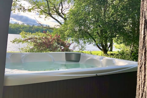 Peaceful lakeside 3 bed home-kayaks,hot tub, beach