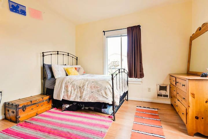 Bright Apartment 1 Stop from San Francisco - Oakland - Byt