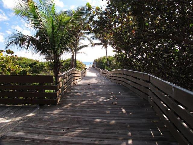 Island Time ~ Private Studio *walk to beach