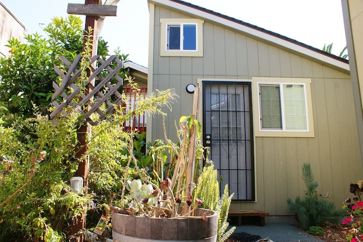Lovely Garden Cottage w/HotTub Walk to BART