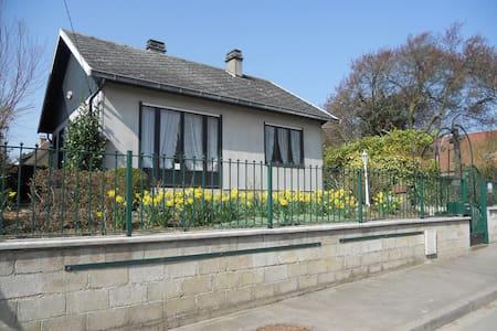 Maison : 2 chambres, salon et petit jardin