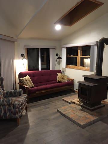 Bright, Cozy & Modern Apt w/Deck on 7 acres