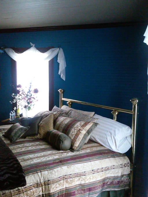 Master Bedroom with king size brass bed