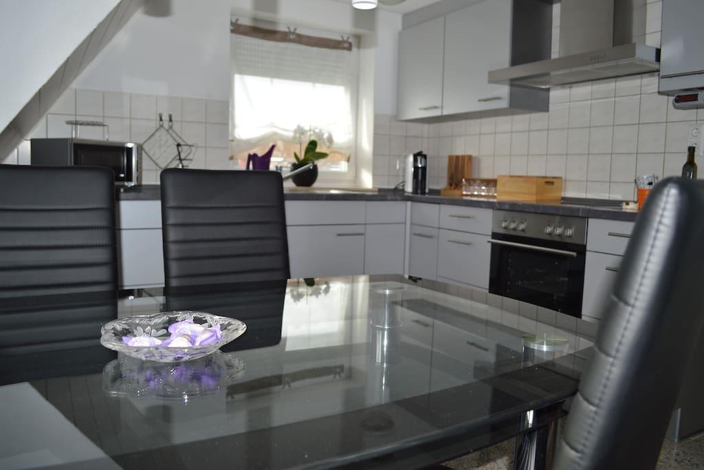 Wohnküche mit kompl. Ausgestatteter Küche, Mikrowelle, Kaffeemaschine, Padmaschine zum genießen von Kaffee; Kaffeeschoki,....