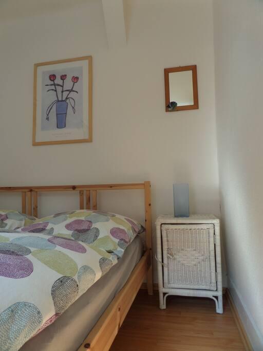 Kleines Zimmer mit 1,40 x2,00 Bett mit kleinem Schrank