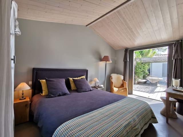 Behind the beach: suite, patio and pergola