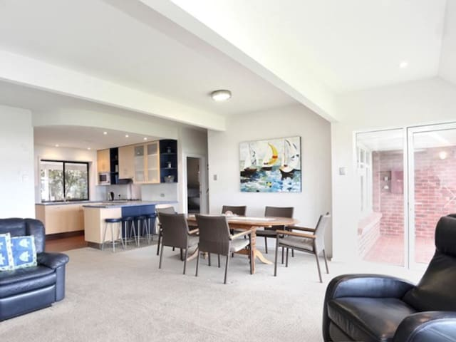 Riverbank Rambler, linen 5br, riverfront FREE wifi - Goolwa North - House