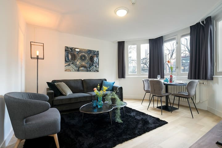 Renovated 1 bedroom apartment near central station