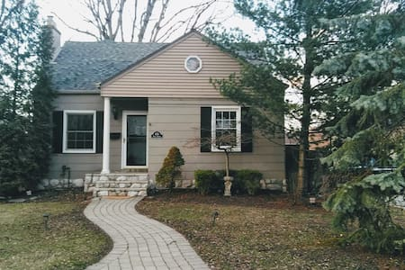 Room in bungalow style home in center of royal oak