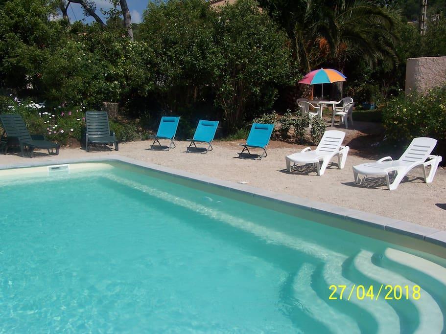 La piscine - alentours en cours d'aménagement