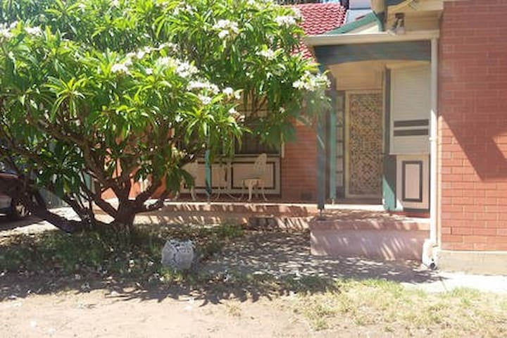 Quiet home in residential area 14kms to city, 4kms to Mawson Lakes