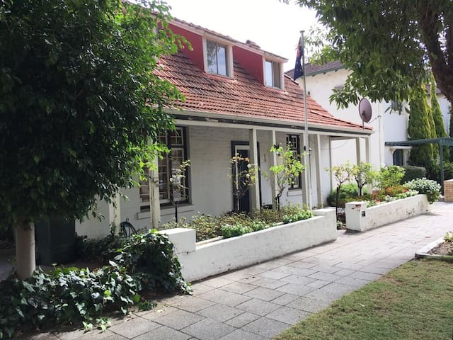 Charming refurbished home with character - West Perth - Casa