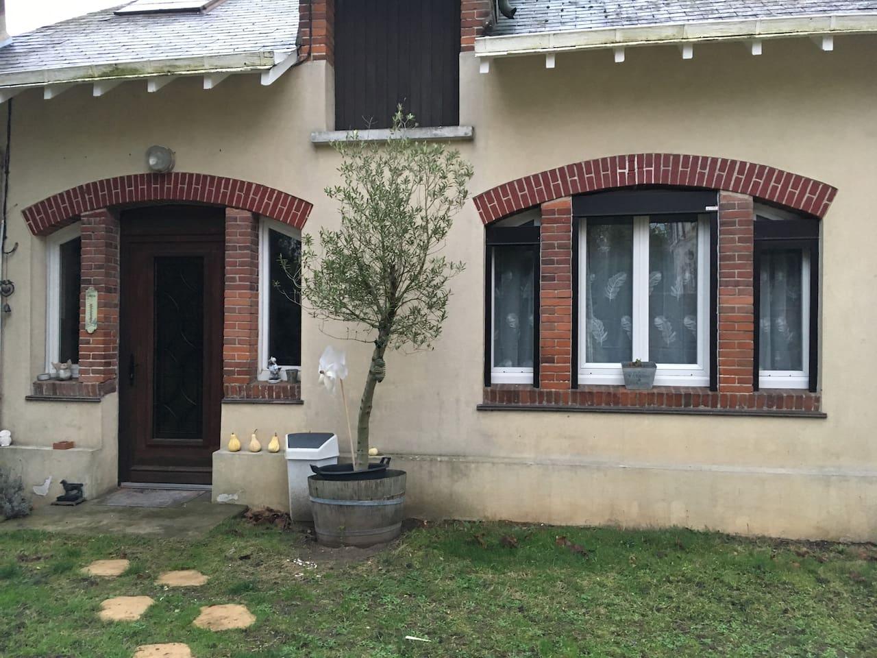 Jolie petite maison tout confort proche des commodites, à 5mn de la gare routière et ferroviaire et à 10 mn à pied du centre ville.